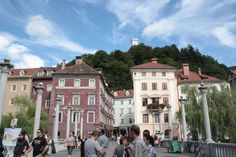 Conheça a bela Ljubljana, capital da Eslovênia | O guia da Europa Mansions, House Styles, Travel, Getting To Know, Belle, Tips, Europe, Viajes, Manor Houses