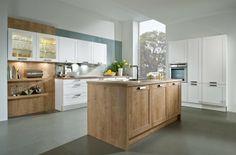 Handgemaakte houten keuken met wit. Met spoeleiland.