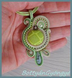 Zöld csillogás aszimmetrikus sujtás medál / Green glitter asymmetric soutache pendant