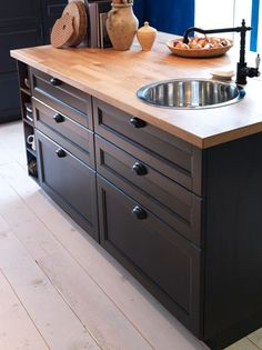 Cuisine Ikea : METOD: One new kitchen system, thousands of possibilities. METOD: One new kitchen system, thousands of possibilities. Wooden Countertops, Kitchen Countertops, Kitchen Cabinets, Karlby Countertop, Dark Cabinets, Küchen Design, Home Design, Black Kitchens, Home Kitchens