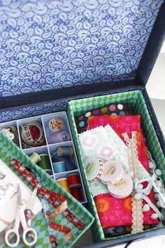 Tee itse kenkä- tai saapaslaatikosta ompelupakki. A shoe box changes into a sewing toolkit. | Unelmien Talo&Koti Kuva: Satu Nyström Toimittaja: Anette Nässling