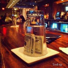 Leaving a tip for a waiter you don't like. Haha, someday i will do this. But why the heck so much money for waiter u don't like? Funny Videos, Video Humour, Funny Quotes, Funny Memes, Funny Pranks, Awesome Pranks, Evil Pranks, Def Not, Lol