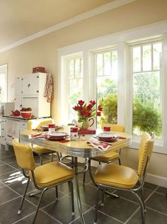 Blue And Yellow Adorable Cottage Or Vintage Kitchen Fridge And Retro Dinette Sets Images 17 - Home Interior Design Ideas Retro Kitchen Tables, Retro Dining Rooms, Vintage Kitchen, Kitchen Dining, Retro Kitchens, Kitchen Ideas, Kitchen Decor, 1950s Kitchen, Kitchen Cabinets