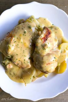 Slow Cooker Cheesy Chicken & Potatoes is an easy weeknight dinner that'll have everyone asking for seconds! White Lights on Wednesday Chicken And Potatoes Crock Pot Recipe, Slow Cooker Chicken Thighs, Chicken Potatoes, Chicken Thigh Recipes, Recipe Chicken, Crock Pot Slow Cooker, Slow Cooker Recipes, Crockpot Recipes, Cooking Recipes