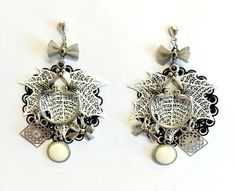 Boucles d'oreilles noires, blanches et argentées estampes via Fantaisies and Co. Click on the image to see more!