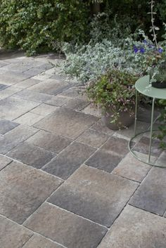 Une composition chaleureuse de pavés en béton Tile Floor, Sidewalk, Patio, Flooring, Outdoor Decor, Dimensions, Home Decor, Composition, Gardens