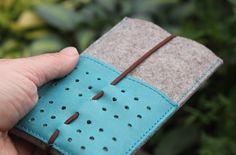 Handyhülle aus Leder und Filz mit Verschluss aus Gummi