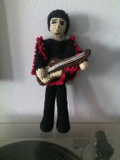 Víctor Jara. Crochet Victor Jara, Crochet Hats, Fashion, Amigurumi, Baby Doll Clothes, Needlepoint, Knitting Hats, Moda, Fasion