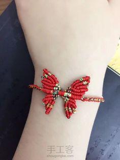 蝶舞手绳 Bead Loom Bracelets, Bracelet Crafts, Macrame Bracelets, Macrame Projects, Beading Projects, Diy Yarn Decor, Macrame Jewelry Tutorial, Jewelry Box Makeover, Micro Macramé
