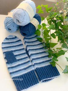 Vottene er strikket i økologisk ullgarn fra Camarose🍂 Fine og delikate striper🍂 Både mønster og garn finner du i nettbutikken🍂 #votter #mittens #knitting #knit #knitted #knitmittens #stricken #strikkeopskrift #strikk #ullgarn