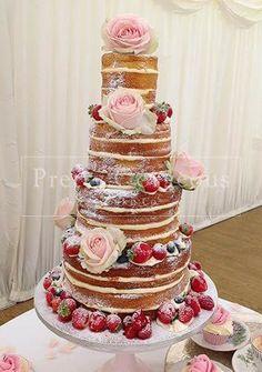 Naked cakes (torta nuda) realizzata senza nessuna copertura, strati di pan di spagna e farcitura a vista e arricchita con splendide decorazioni, la naked cake di tendenza nel 2016 lo sarà anche quest'anno per dire addio alle monumentali torte decorate con pasta di zucchero e per tornare alla semplice e buona tradizione italiana. #nakedcake #matrimonio #nozze #weddingplanner #tortanuziale #sposi