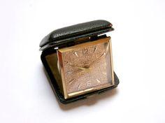 FeelingOfDejaVu sur Etsy - LANCEL Réveil voyage mécanique pliable . Dans sa boîte en cuir . Vintage Années 50 - (LANCEL Travel clock in its leather box . Alarm mechanical clock . Vintage 1950s) -  #etsy #vintage #1950s #travelclock #lancel