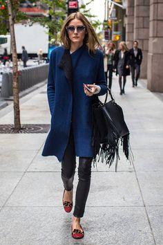 Olivia Palermo también se apunta a la irresistible mezcla de azul marino y negro de Alexa pero, esta vez, en la calle. La reina del Upper East Side lo hace con un abrigo azul con forro negro, pantalones de cuero, un bolso de asa corta con flecos, bailarinas de leopardo con puntera de color rojo y gafas de sol de estilo arty