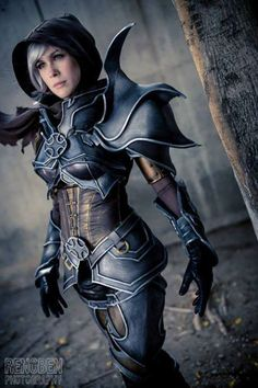 Lady Lemon Cosplay as Demon Hunter (Diablo 3) The detail on this is insane