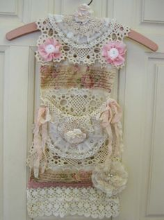 shabby Hanger by tania Shabby Vintage, Vintage Crafts, Vintage Lace, Shabby Chic Crafts, Shabby Chic Decor, Sewing Crafts, Sewing Projects, Diy Crafts, Decoration Shabby