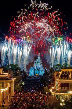 Magic Kingdom, Wishes fireworks show! Castle Cinderella's Castle - Golden Dreams Wishing Well, Magic Kingdom - Walt Disney World Mountain tr. Walt Disney World, Mundo Walt Disney, Disney Parks, Disney Magic, Disney Love, Disney Stuff, Disney Disney, Disney Events, Disney 2015