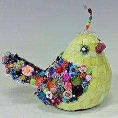 podria ser en papel mache /cascara de huevo y flores en porcelana fria)