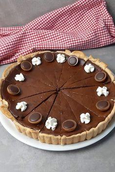 Toffifee Schoko Käsekuchen – Einfache Füllung, einfacher Boden #Toffifee #Käsekuchen #SchokoKäsekuchen #ToffifeeKuchen Cupcakes, Pie, Baking, Easy Peasy, Holiday Decor, Desserts, Muffins, Christmas, Party Ideas