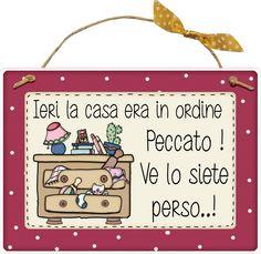 """targhetta """"Ieri la casa era in ordine, peccato!! ve lo siete perso"""" idea regalo, artigianato italiano, made in Italy, con scritta spiritosa, appendi porta, fuori porta, fuori stanza, bomboniera, tavola country, targhetta con spago: Amazon.it: Casa e cucina"""