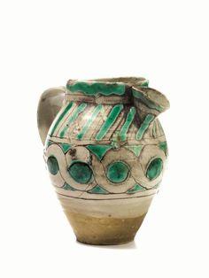 Boccale con beccuccio applicato, Viterbo, sec. XIV, in maiolica, con decorazione a treccia nei toni del bruno e del verde, alt. cm 22, restauri