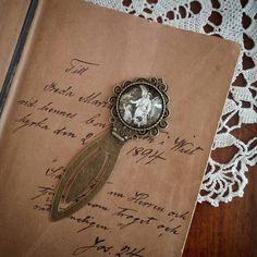 Sötaste bokmärket! Vacker skrivstil i min bibel från 1800-talet. Beda var min farfars mor som tillsammans med sin man drev lanthandel  #bokmärke #bildsmycken #smycken #bibel #josuabok #ljuvligating