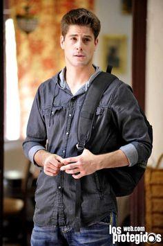 Luis Fernández como Culebra Luis Fernandez, Types Of Guys, Dylan O'brien, Celebrity Crush, Tv Series, Crushes, Bomber Jacket, Leather Jacket, Celebrities