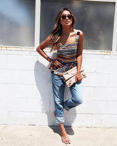 Pin for Later: 17 Sommer-Outfits, die niemals aus der Mode kommen Ein bedrucktes Tank Top, Boyfriend-Jeans und Sandalen