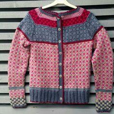 Risultati immagini per kristin wiola odegard Hand Knitting, Knitting Patterns, Jumper, Men Sweater, Kaftan, Knit Crochet, Vest, Textiles, Sweaters