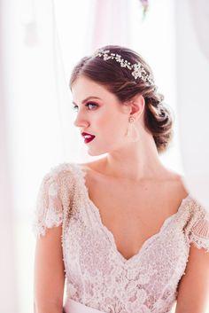 Tiara Amelie - pérolas, cristais e fio banhado em ouro. Para noivas que amam detalhes. Bridal headpiece. Beautiful Bride.