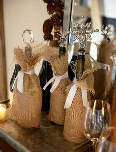 Украшаем бутылку шампанского на Новый год: эффектный аксессуар и идеальный подарок своими руками http://happymodern.ru/kak-ukrasit-butylku-shampanskogo-na-novyj-god/ Обычная декоративная мешковина послужит прекрасным декором для новогоднего напитка