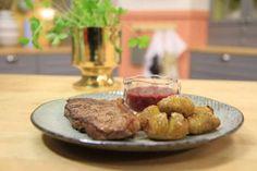 Rödvinssåsen är fantastiskt god och tillsammans med hasselbackspotatis och ryggbiff smakar det magiskt.