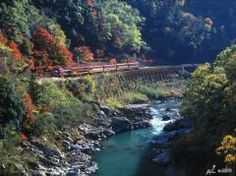 You will enjoy the autumn leaves in Hozu Valley even more if you take the tram train up to where you board the boat. You can take the Sagano Romantic Train from Torokko Saga Station, which is located near JR Saga Arashiyama Station, and you will arrive at Torokko Kameoka Station within 25 minutes. The Sagano Romantic Train runs the same speed as a bicycle so you can slowly take in the beauty of Hozu Valley.