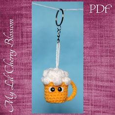 Baby beer, a cute and sweet miniature draft beer amigurumi, ready for a keychain. Crochet Keyring Free Pattern, Crochet Bookmarks, Crochet Patterns Amigurumi, Amigurumi Doll, Diy Crochet, Crochet Crafts, Craft Patterns, Beer, Handmade