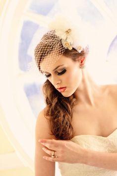 eleganter Hochzeitsfrisur mit Birdcage Schleier und Haarschmuck