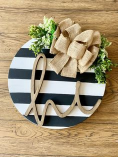 Latest Pictures Black and White Striped Door - Wall Decor - Round Plaque Strategies Your individual door hanger Sure, the classic is needless to say the door pendant, where on leading Wooden Door Hangers, Wooden Doors, Wooden Door Signs, Wood Signs, Letter Door Hangers, Home Crafts, Diy Crafts, Decoration Entree, Balkon Design