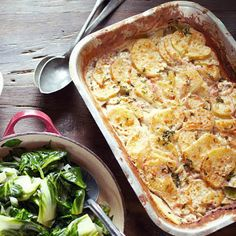 Fill your dish with potatoes and onion – after 30 minutes in the oven you can serve your new favorite dish Jamie Oliver, Potato Recipes, Pasta Salad, Cauliflower, Macaroni And Cheese, Side Dishes, Chicken, Vegetables, Bacon