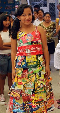 This girl in Ecuador knows how to upcycle! Using snack and soda wrappers, chip bags, and other waste materials, she created a colorful, unique dress! Recycled Costumes, Recycled Dress, Crazy Dresses, Unique Dresses, Fancy Dress Costumes Kids, Fancy Dress Competition, Creation Couture, Recycled Fashion, Fashion Project