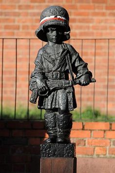 This statue represents the child soldiers who fought and died in the Warsaw Uprising. The statue is reputed to be of a fighter who went by the pseudonym of Antek, who was killed around the 8th August 1944. Antek was aged 13.