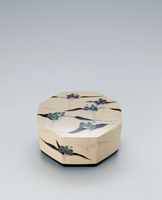 Decorative Boxes: View the Details of Kanshitsu box with design in mother-of-pearl inlay and makie. Design Crafts, Art Crafts, Arts And Crafts, Modern Decorative Boxes, Decorative Objects, Chinese Artwork, Japan Crafts, Lacquer Furniture, Traditional Japanese Art