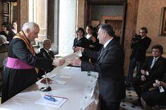 L'Accademico Tiberino Ordinario Prof. Cav. Raimondo VILLANO riceve il titolo di Ordinario da SE Mons. Fernando MARIOTTI (Roma, Palazzo Ferrajoli di Piazza Colonna, 2010).