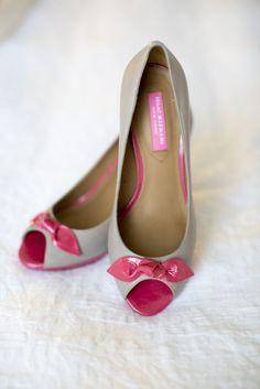 O laço não precisa ser da mesma cor do sapato não: ele serve como um ótimo elemento de contraste em outra cor.