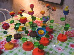 Bloemen van gekleurde doppen en ijzerdraad! Gezien bij Tabak