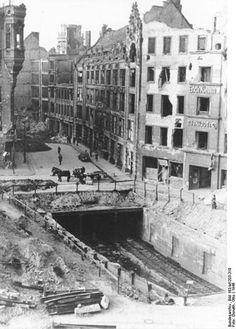 1946-Am Hausvogteiplatz liegt der U-Bahn-Schacht frei.