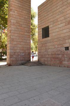 Detalle del pórtico norte - Banco de España - Jaén - Jaén RAFAEL MONEO Bruges, Alicante, Spanish, Architecture, Stone, Building, Natural, Banks, Norte