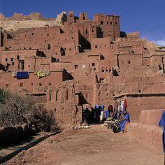 Marruecos 03 Ksar de Ait Ben Hadu  Formado por un conjunto de edificios de adobe rodeados por altas murallas, el ksar es un tipo de hábitat tradicional presahariano. El de Ait Ben Hadu, situado en la provincia de Uarzazat, es un es un ejemplo notable de la arquitectura del sur de Marruecos.