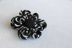 Czarno-biały kwiat broszka