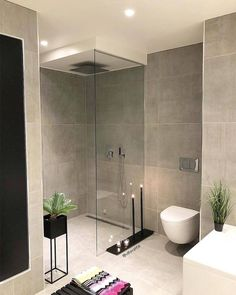 Modern, minimalist bathroom with walk-in shower .- Modernes, minimalistisches Badezimmer mit begehbarer Dusche Modern, minimalist bathroom with walk-in … - Modern Bathroom Design, Bathroom Interior Design, Bathroom Designs, Bath Design, Modern Interior, Minimalist Bathroom Design, Minimalist Bathroom Inspiration, Modern Design, Shower Designs