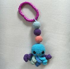 Artig vognpynt med sorte øyner i plast. Turkis, blå, lilla, rosa / orange amigurumi. Lilla plastring som enkelt kan festes ... Crochet Necklace, Handmade, Jewelry, Fashion, Moda, Hand Made, Jewlery, Crochet Collar, Bijoux