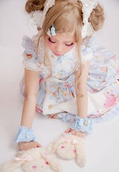 himefantasy:    I love the child likeinnocents this picconveys ><  She is so Kawaii just love her hair and mittens ~<3