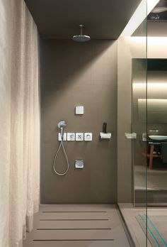 There are virtually no limits to the possibilities when it comes to customizing the shower's design with the Axor Citterio Thermostatic Modular shower system.